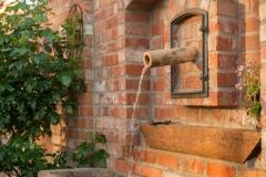 Referenzen - Ziegelmauer mit Wasserlauf